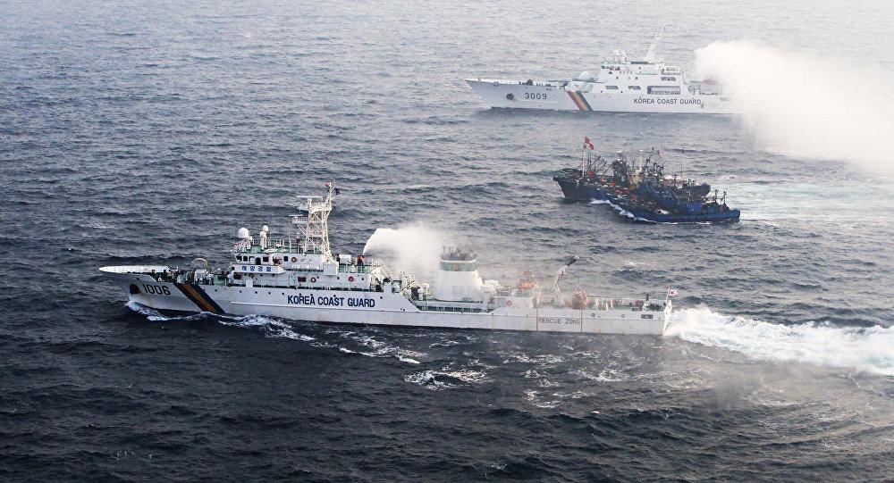Navios sul-coreanos em abordagem na costa do país.