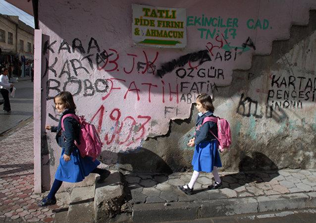 Garotas turcas no distrito muçulmano de Cizre, na província de Sirnak