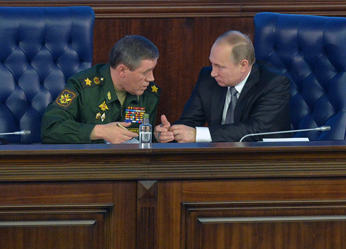 General Valery Gerasimov e presidente Vladimir Putin durante conferência conjunta no Ministério da Defesa da Rússia, em 11 de dezembro