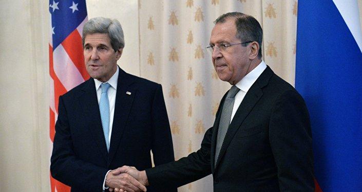 John Kerry (à esquerda) e Sergei Lavrov durante o encontro de 15 de dezembro