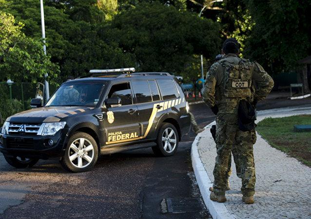 Polícia Federal cumpre mandado na casa de Eduardo Cunha.