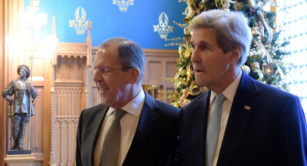 Sergei Lavrov (à esquerda) e John Kerry após o encontro de 15 de dezembro, em Moscou