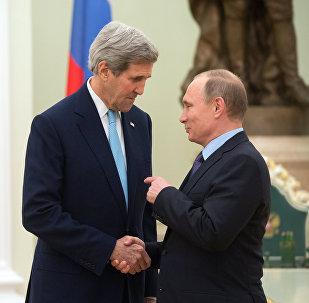 O presidente russo Vladimir Putin, com o secretário de Estado dos EUA, John Kerry, no Kremlin