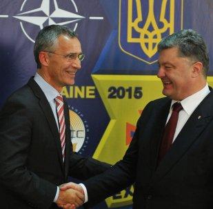 Secretário-geral da OTAN, Jens Stoltenberg, e o presidente ucraniano Pyotr Poroshenko