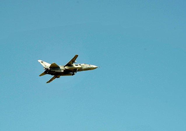 Um Su-24 da Força Aeroespacial da Rússia no céu sírio