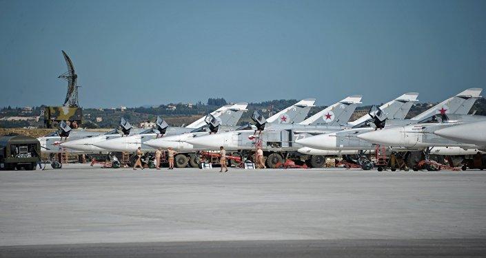 Bombardeiros Su-24 na base aérea russa Hmeymim na Síria