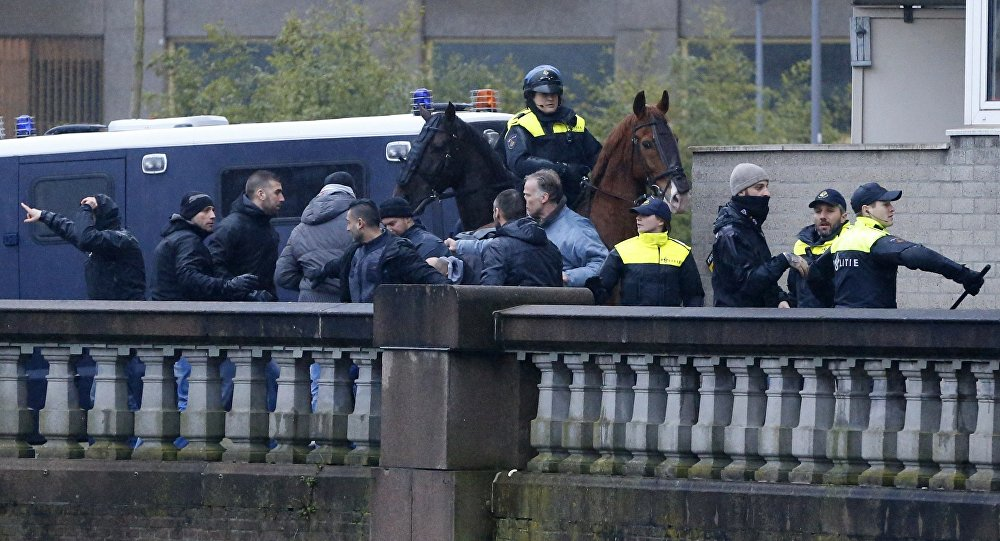 Torcedores da Roma discutem com policiais holandeses