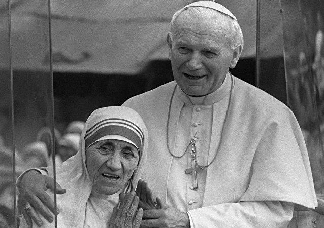 Madre Teresa de Calcutá com São João Paulo II em 1986. Ele assinou a beatificação da religiosa em 2003.