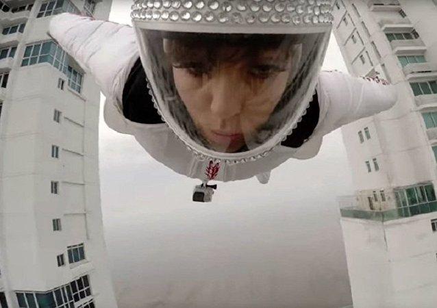 A atleta GoPro Roberta Mancino passou voando entre dois edifícios na cidade de Panamá