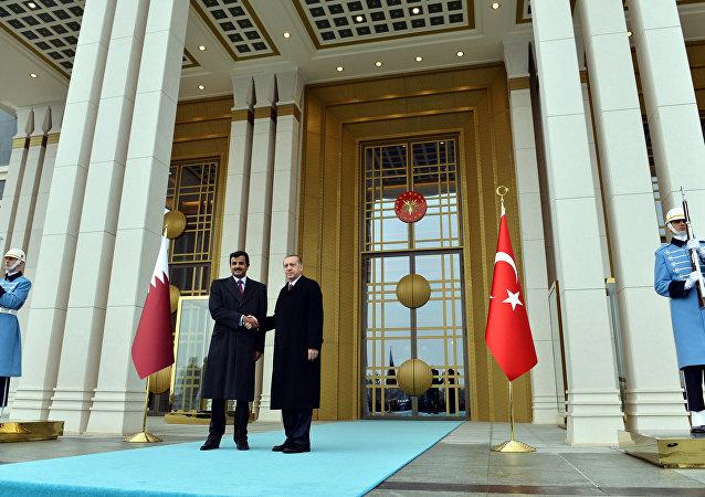 O presidente turco, Recep Tayyip Erdogan, à direita, e o Emir do Catar, sheikh Tamim bin Hamad al-Thani, apertam as mãos na entrada do palácio presidencial em Ancara, Turquia (arquivo)