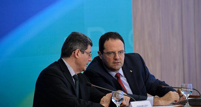 Joaquim Levy e Nelson Barbosa, durante coletiva de imprensa, após entregarem o orçamento de 2016