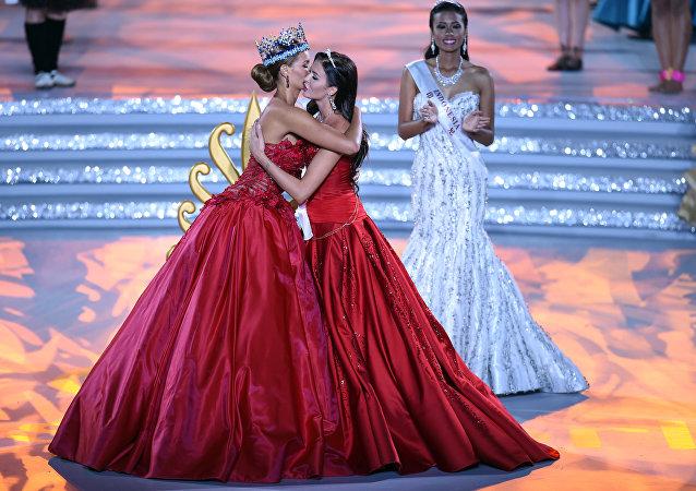 O ex-Miss Mundo Jolene Strauss e Miss Rússia, Sofia Nikitchuk, se abraçam durante a Grande Final do Miss Mundo em Sanya, na província de Hainan, sul da China em 19 de dezembro de 2015