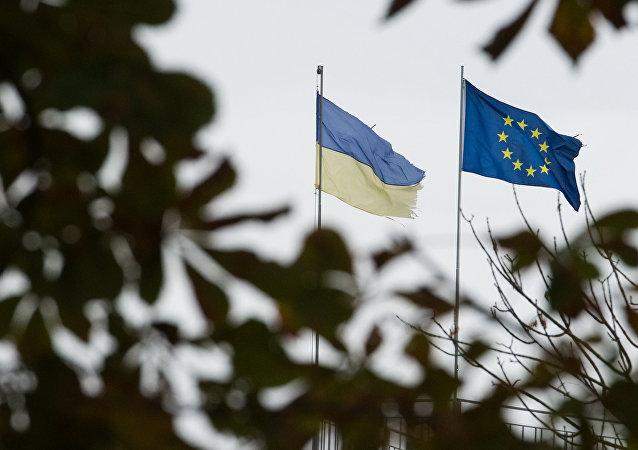 Bandeiras da Ucrânia e da União Europeia em Kiev