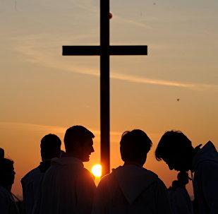Sacerdotes jovens da Igreja Católica estão à espera do Papa Bento XVI, República Tcheca (foto de arquivo)
