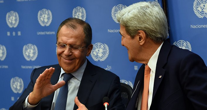 Sergey Lavrov e John Kerry apertam mãos