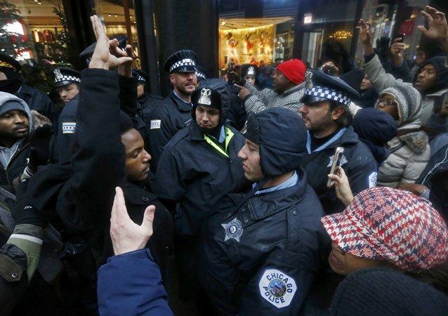 Manifestantes protestam em Chicago pela morte do jovem negro, Laquan McDonald, de 17 anos