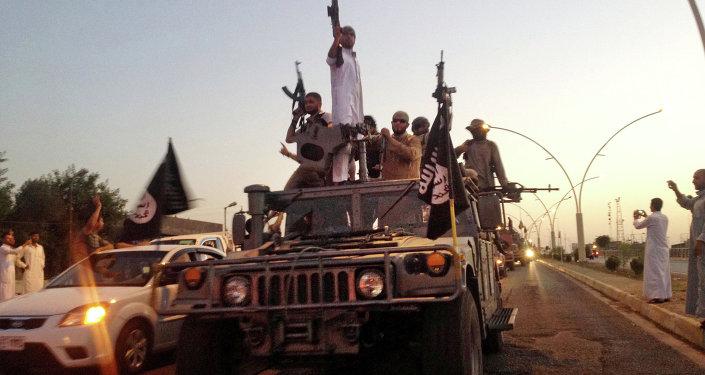 Militantes do EI em um veículo blindado das forças de segurança do Iraque (Mosul, junho de 2014)