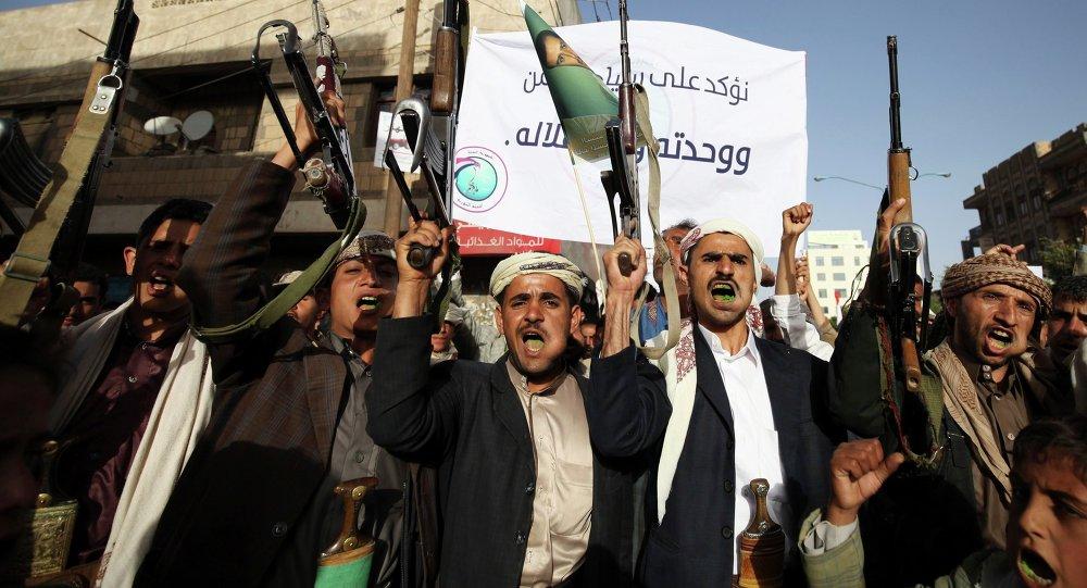 Seguidores do movimento Houthi em manifestação de repúdio à interferência estrangeira nos assuntos internos do Iêmen em Sanaa