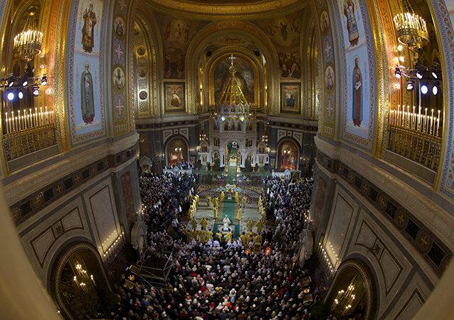 Patriarca ortodoxo russo, Kirill, serve a Missa de Natal na catedral de Cristo Salvador, em Moscou, em 6 de janeiro.
