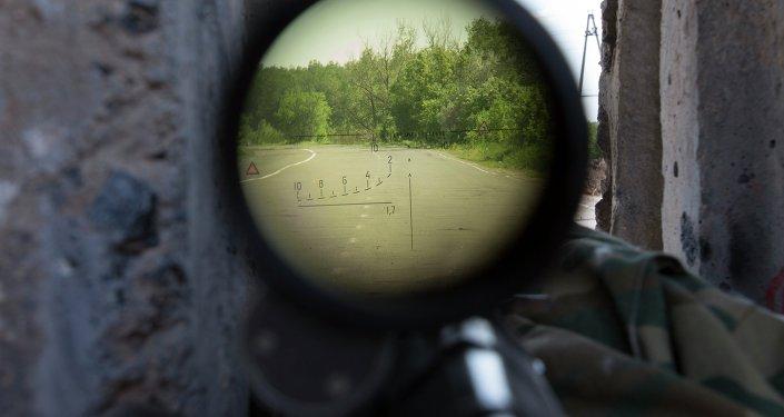 Vista através da mira de um fuzil de precisão