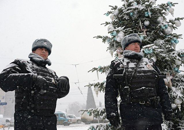 Dois policiais durante uma nevada em Moscou