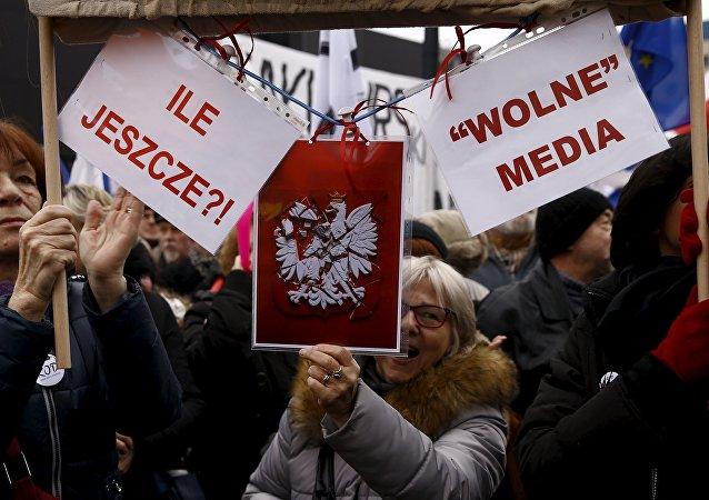 Protesto contra o governo e a favor da liberdade de imprensa em Varsóvia, Polônia