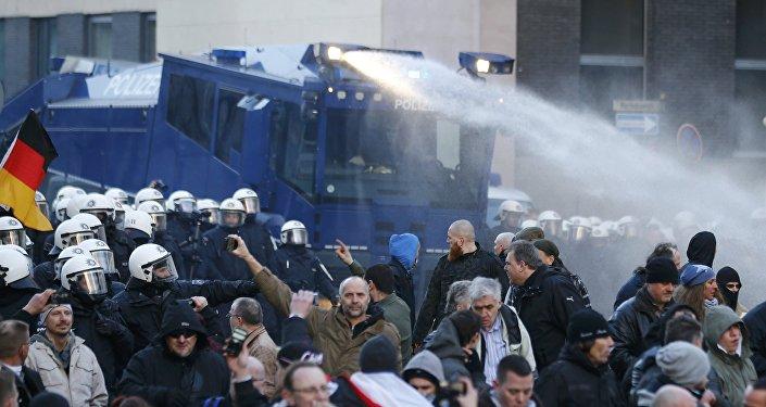Polícia usa canhão d'água durante protesto contra imigração em Colônia, Alemanha