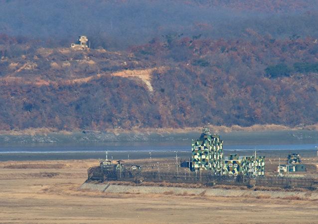 Postos fronteiriços da Coreia do Sul (no primeiro plano) e da Coreia do Norte (no segundo plano) perto da Zona Desmilitarizada