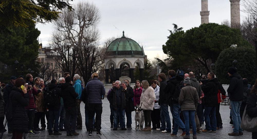 Turistas visitam o obelisco de Teodósio na praça Sultanahmet no dia seguinte ao atentado em Istanbul, Turquia, 13 de janeiro de 2016