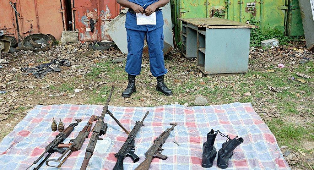 O porta-voz da polícia de Bujumbura, Pierre Nkwirikiye, mostra as armas apreendidas durante um raide na capital do Burundi em 10 de janeiro