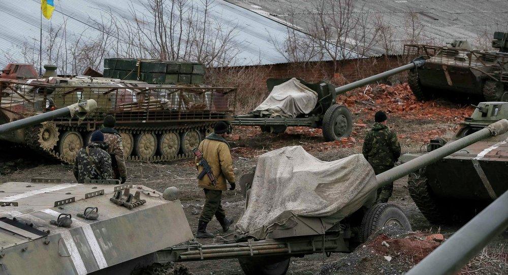Militares ucranianos retiram material blindado na região de Gorlovka