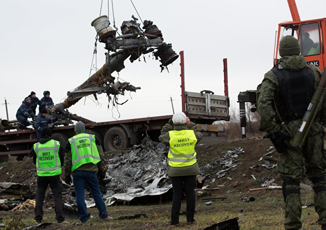 Obras de resgate no local da queda do voo MH17, em Donbass