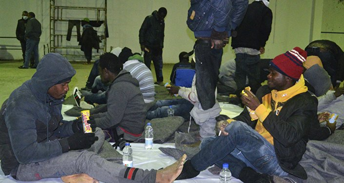Grupo de viajantes de países africanos em busca de imigração é encontrado na costa de Djerba