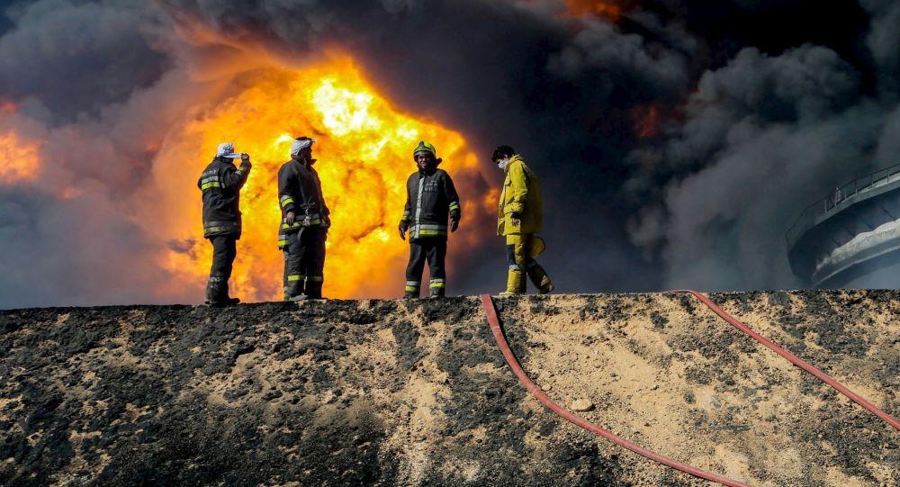Bombeiros combatem o incêndio de um depósito de petróleo na Líbia
