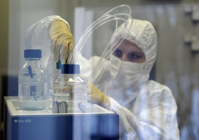 Uma etapa do procedimento da preparação do remédio contra o Ebola no Instituto Gamaleya