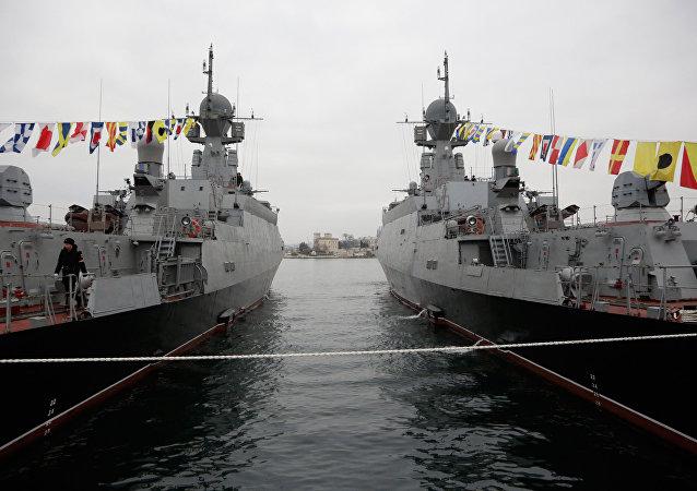 Novos navios russos Zelyony Dol (E) e Serpukhov