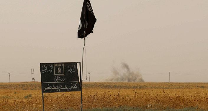 Bandeira do grupo Daesh (Estado Islâmico) e fumaça ao fundo