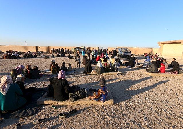 Famílias que fogem da violência do Daesh em províncias de Raqqa e Deir ez-Zor, Ras al-Ain, Síria, 28 de dezembro de 2016