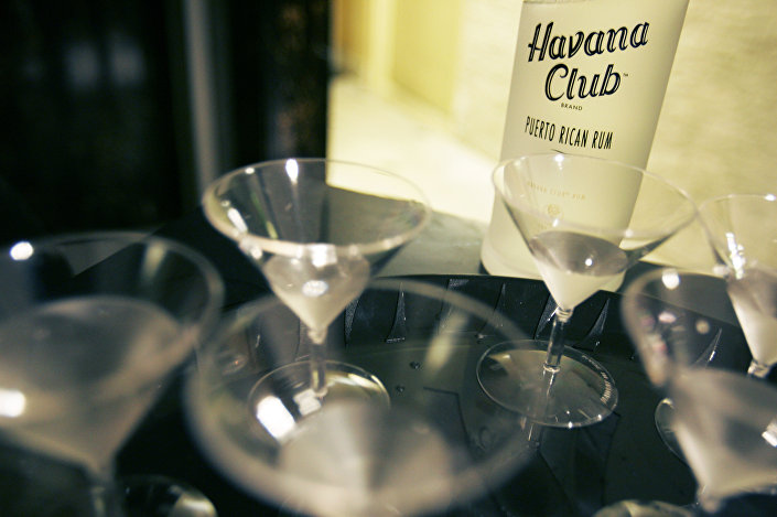 Uma garrafa do Havana Club do Porto Rico servido em um bar de Miami