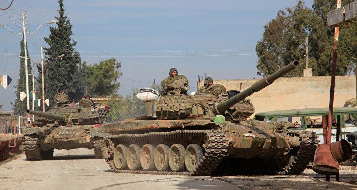 Tanques do Exército sírio entram na vila perto da base militar de Kweyris, Síria, 15 de novembro de 2016