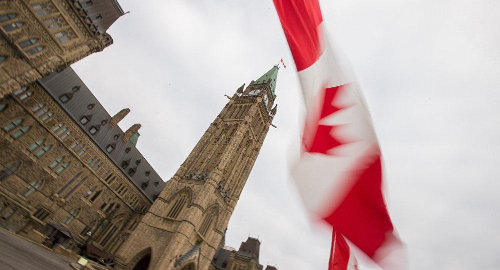 Bandeira do Canadá em frente do Parlamento