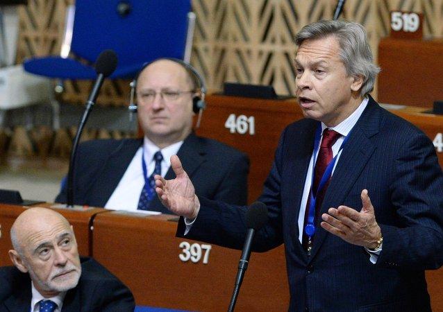 Aleksei Pushkov, presidente do Comitê de Relações Exteriores da Duma de Estado, na reunião da APCE