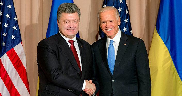 O presidente ucraniano, Pyotr Poroshenko, e o vice-presidente dos EUA, Joe Biden