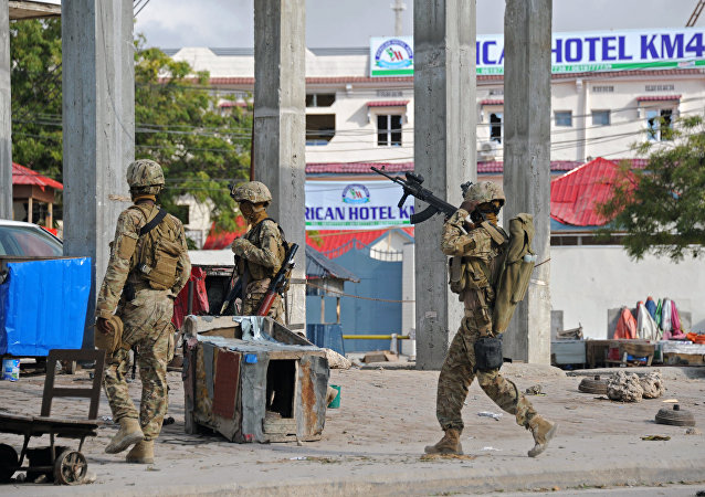 Soldados depois de um atentado em Mogadíscio, capital da Somália, em 7 de novembro de 2015. O ataque a um hotel na capital foi reivindicado pelo al-Shabaab