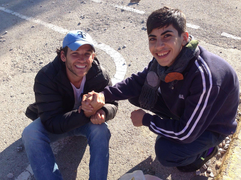 Edgard Raoul com um jovem refugiado sírio.