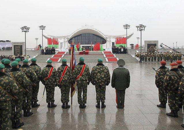 Guarda de honor do exército bielorrusso saúda o presidente Aleksandr Lukashenko, inaugurado em 6 d enovembro de 2015 depois de nova reeleição