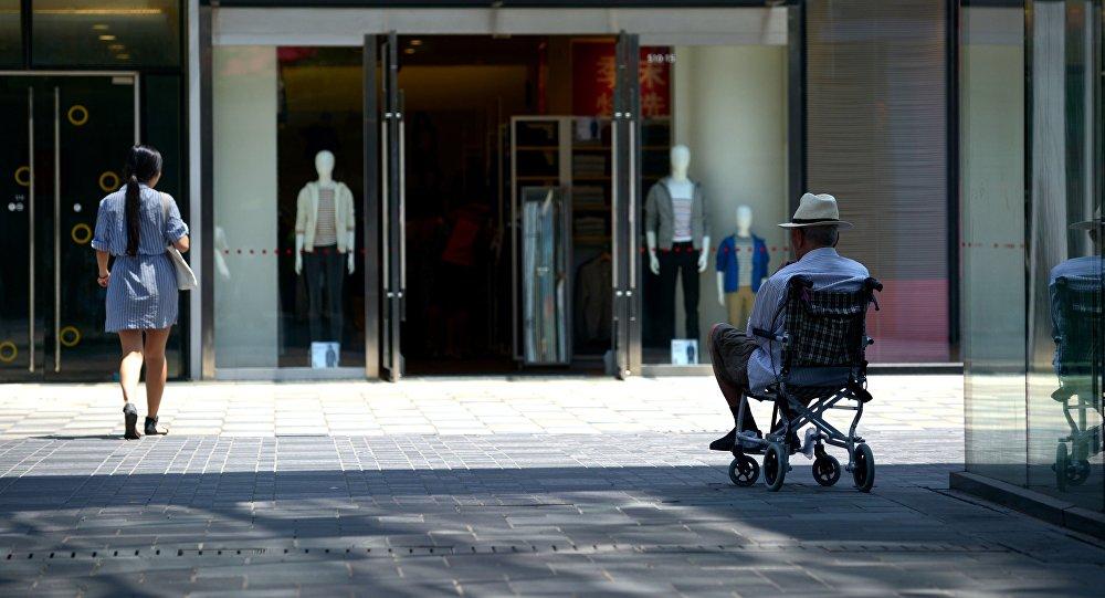 Uma pessoa em cadeira de rodas