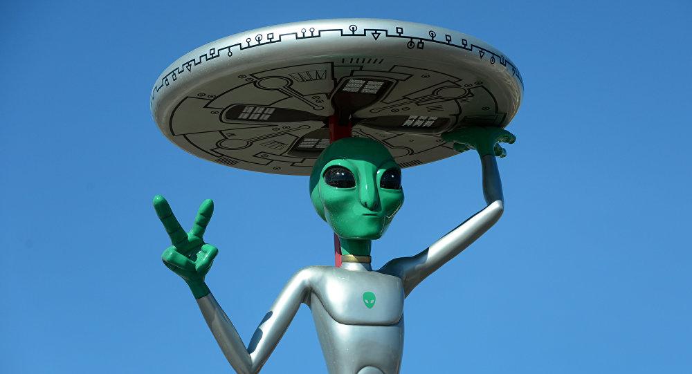 A figura de um extraterrestre em um estacionamento na cidade de Baker, estado norte-americano de Califórnia. Foto de arquivo, 10 de maio de 2015