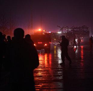 Agentes de segurança afegãos examinam o local da explosão do carro pertencente ao canal de televisão TOLO, em 20 de janeiro