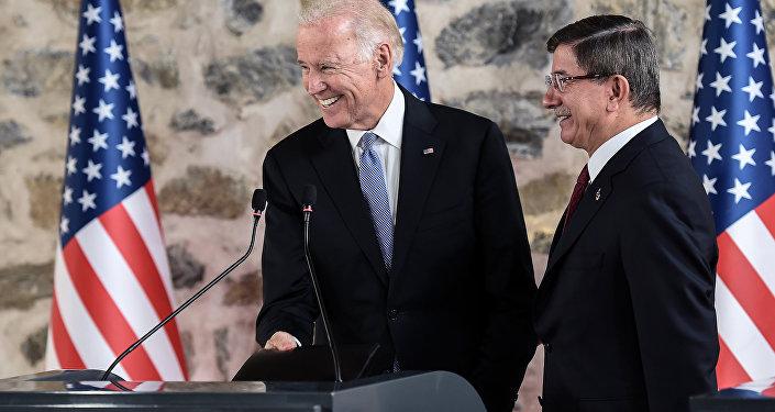 Vice-presidente norte-americano Joe Biden e o primeiro-ministro turco Ahmet Davutoglu durante a conferência de imprensa em Istambul, Turquia, 23 de janeiro de 2016